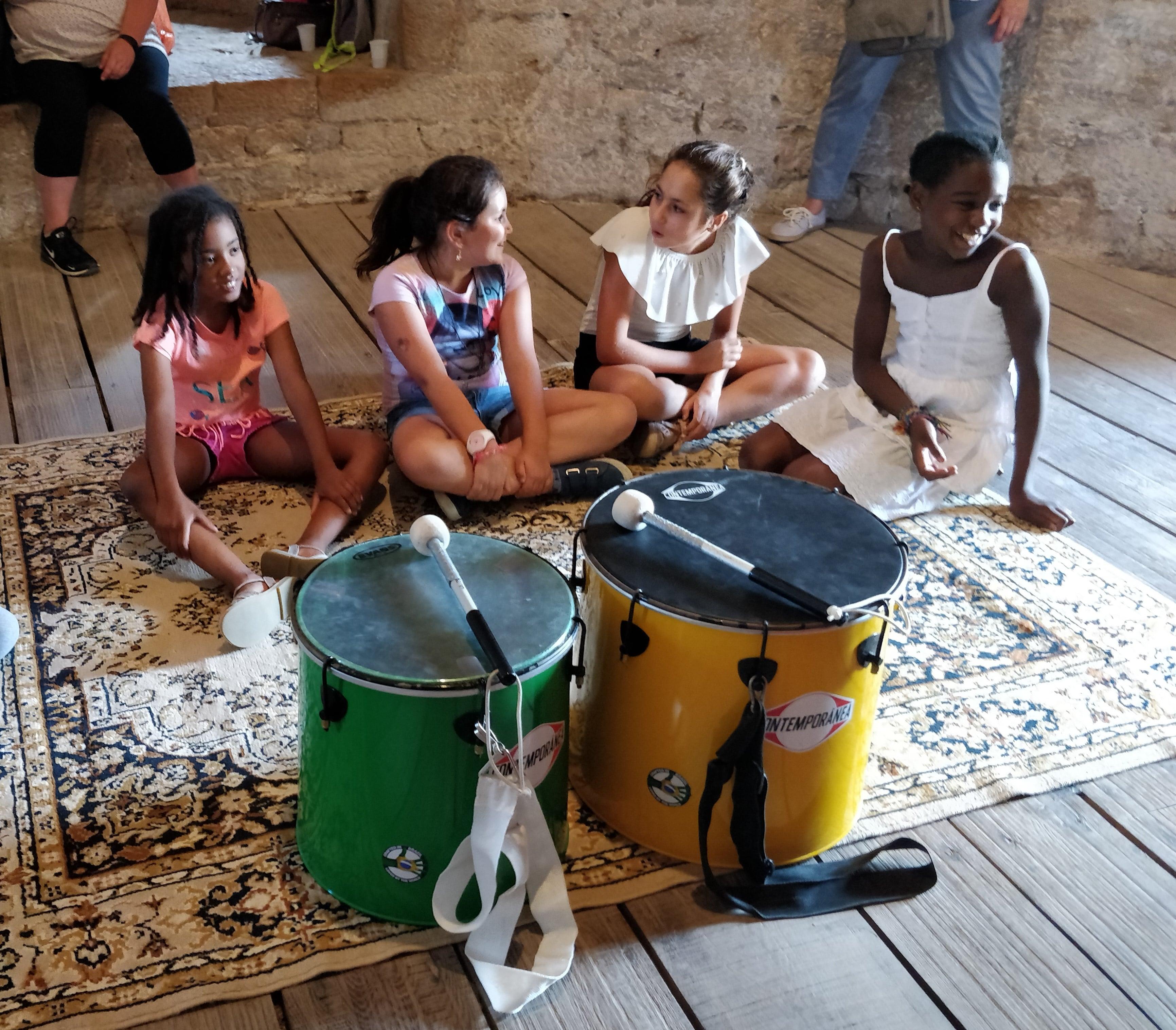 initiation percussions filles souriantes cluny juillet 2018 horizon parrainage